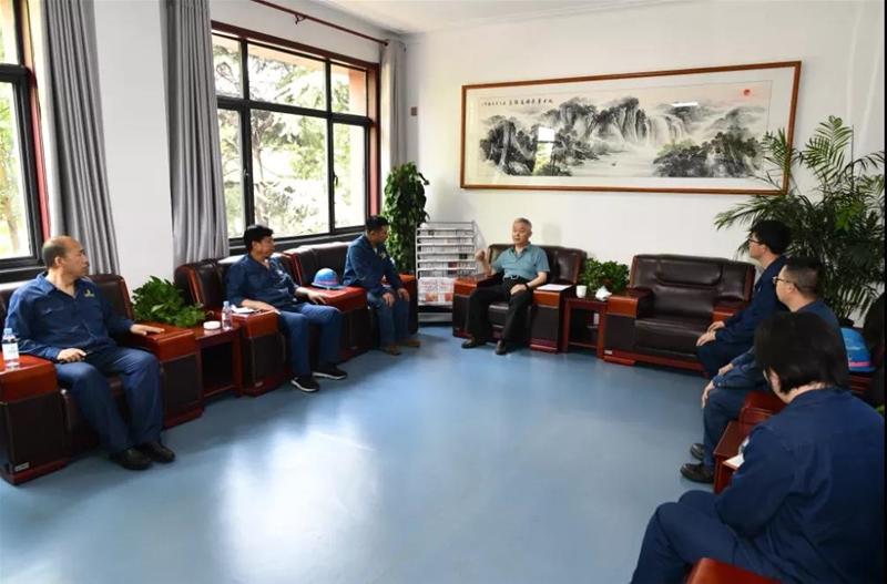 杨海峰与亚博网络娱乐网页版公司一线职工面对面座谈交流