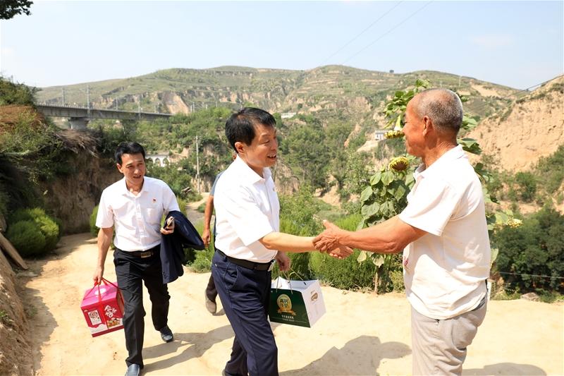 公司领导走访慰问西直沟村困难人员